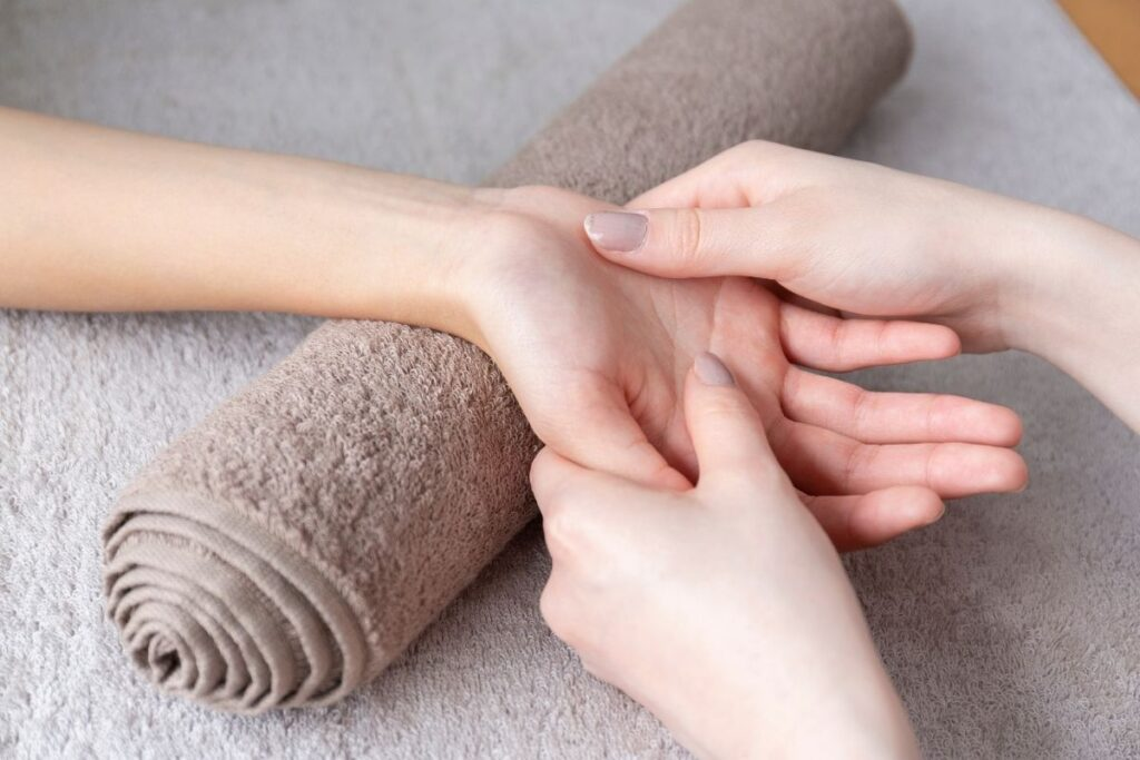 Cure and relax your body through hand-reflexology